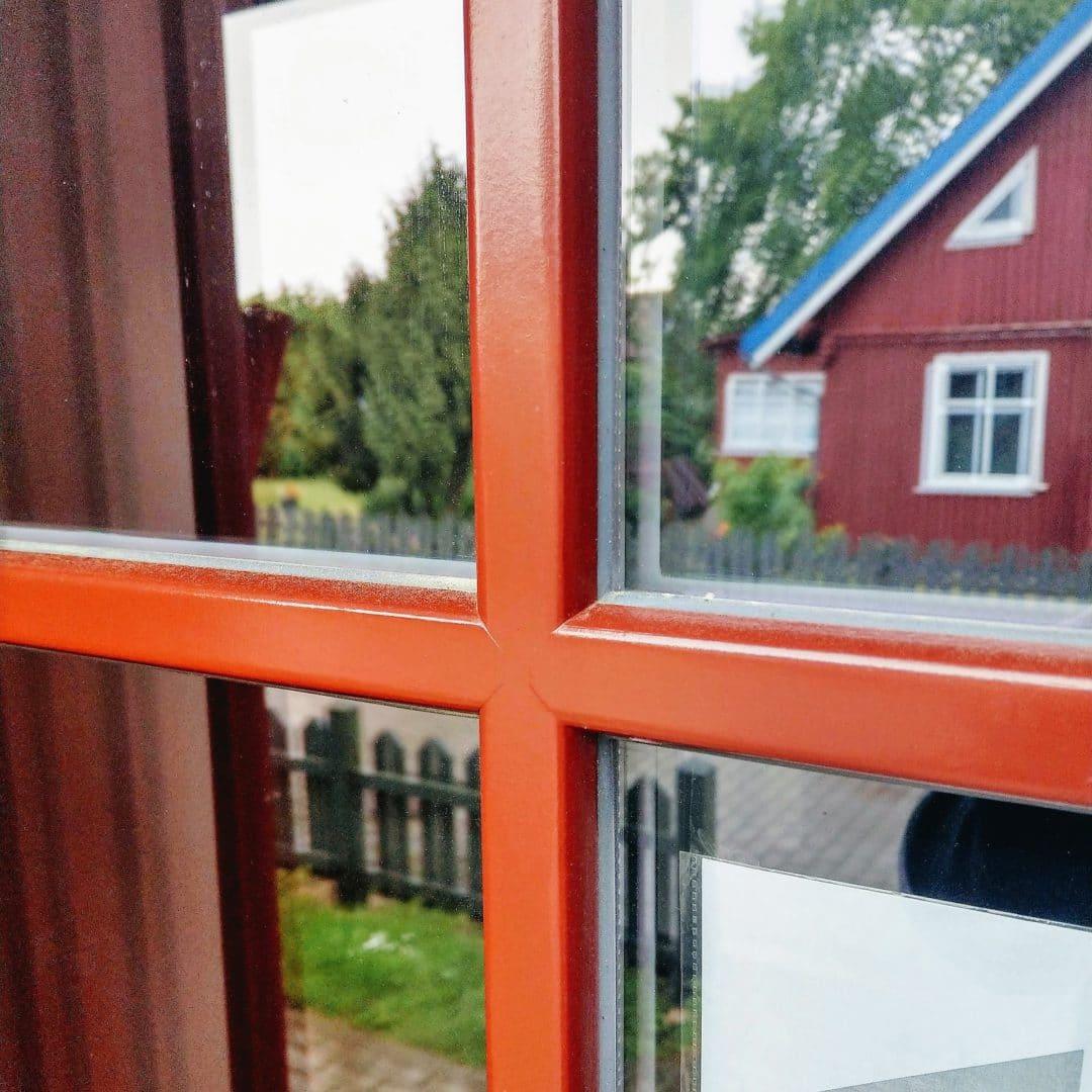 Деревянные окна с горбыльком